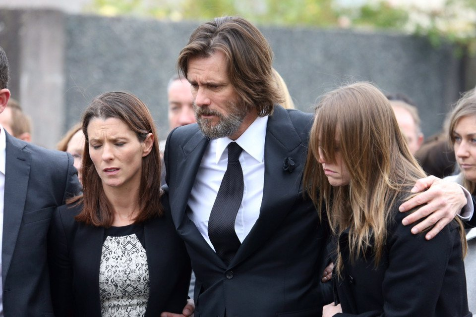 FAMEFLYNET - Jim Carrey Carries The Coffin Of Ex Girlfriend Cathriona White