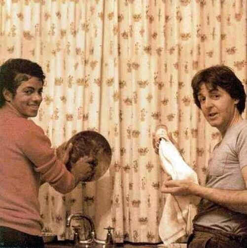 Michael Jackson y Paul Mccartney fregando platos, 1982